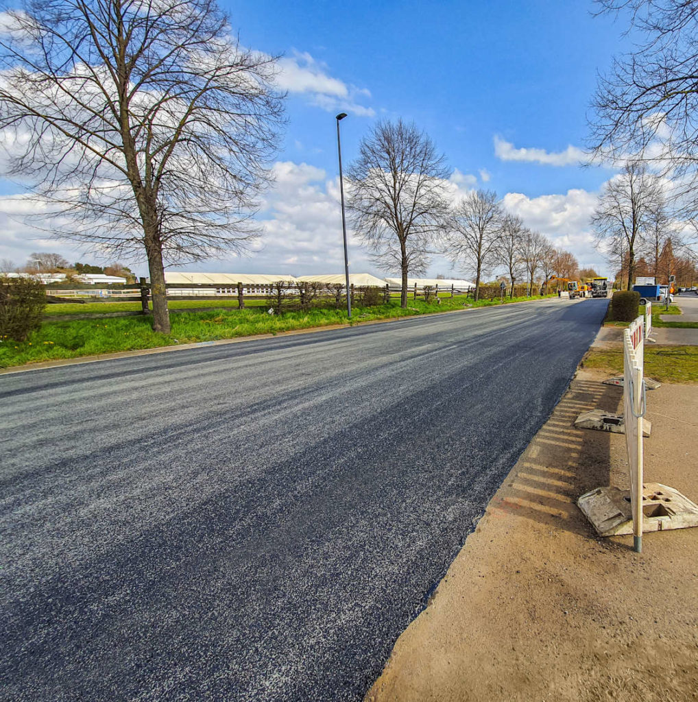 Grundstückserschließung Grevenbroich: Asphaltstraße mit neues Linksabbiegerspur, Neubauprojekt Grevenbroich